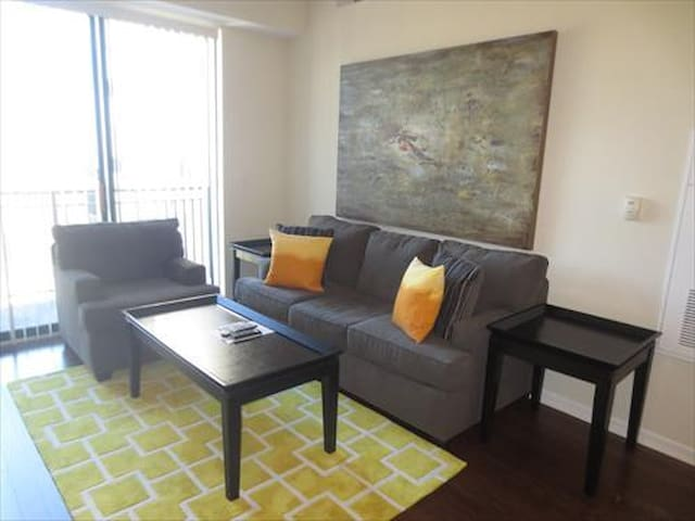 Lux 1BR Apt with balcony & FREE pkg - Norwalk - Leilighet