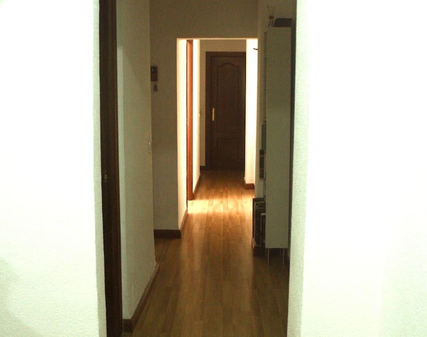 Extenso corredor que separa dos zonas de la casa.