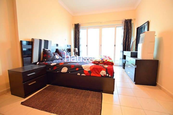 Private bedroom in a beautiful apartment in JLT