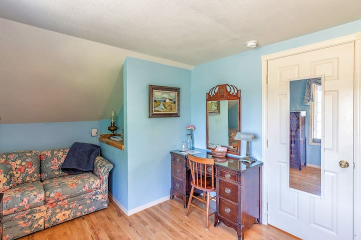 Plenty of room for relaxing or working, plus a twin sofa bed.