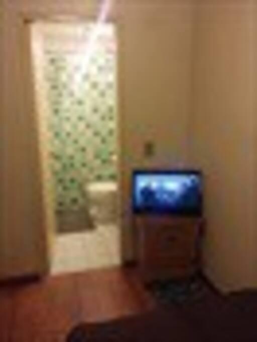 Habitación con tv cable y baño privado