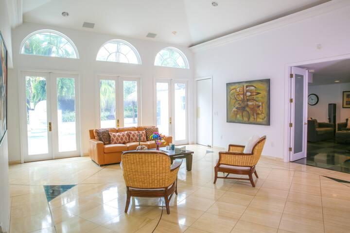 Beautiful Island Home - Key Biscayne - House