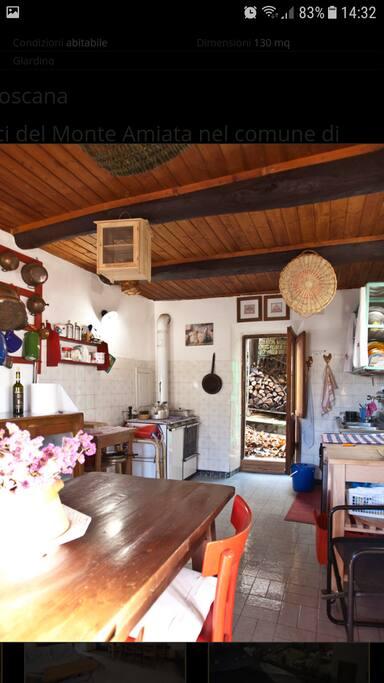 Cucina ampia con uscita nel terrazzo.