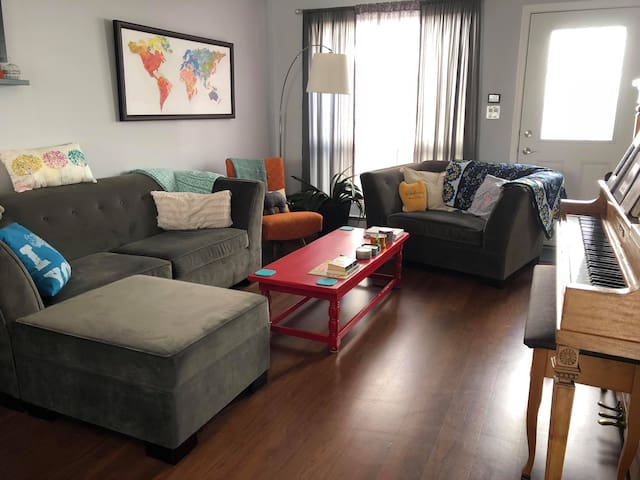 Comfy St. Boniface Townhouse - Private Room