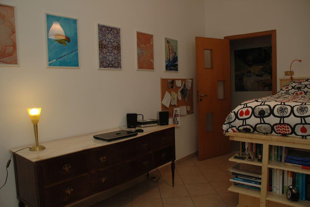 L'altra camera, anch'essa con un letto di designer.