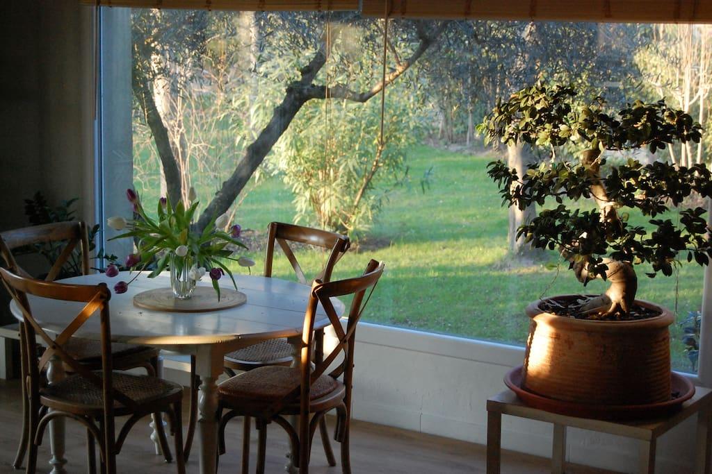 Un coin repas ouvert sur le jardin