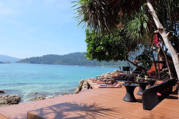 【园景房面对大海】拥有自己私人海滩,步行几秒就到了!强烈推荐看日落、潜水和划船。24小时中文客服