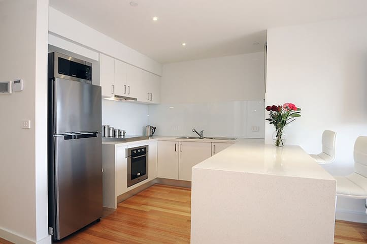 NEW ! Modern & Spacious 3 Bedrooms - Caulfield South - Apartment
