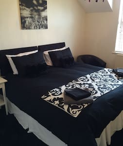 Double/twin bedroom in townhouse - Douglas