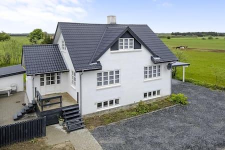 Flot moderniseret villa - Dronninglund
