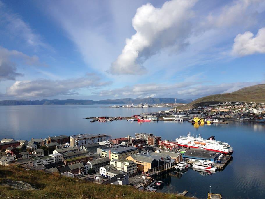 Sommerbilde...bygget til venstre for Hurtigruten