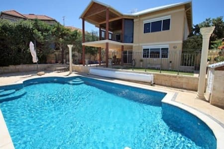 Beautiful Mandurah Beach House - Silver Sands - 独立屋