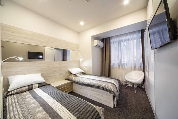 Уютная комната  с двумя кроватями, центр Львов