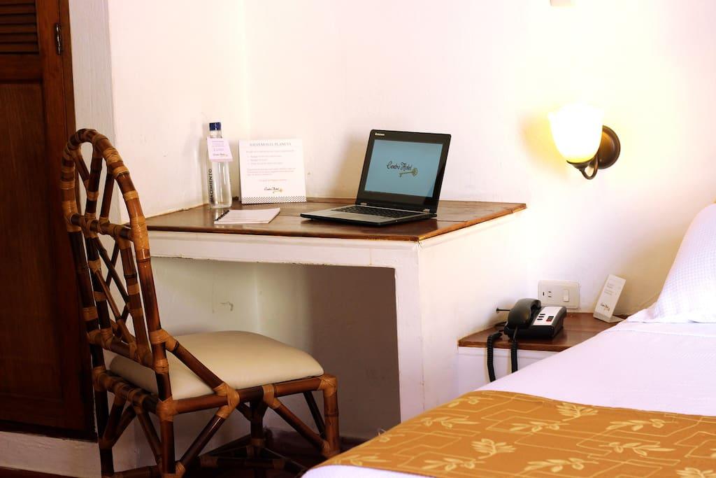 Escritorio dentro de la habitación