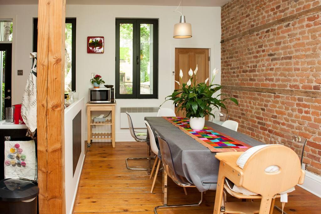 Grande aire ouverte réunissant cuisine et salle à manger