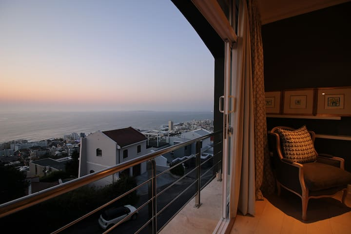 Magnificent Villa looking over the Atlantic Ocean - Cape Town - House