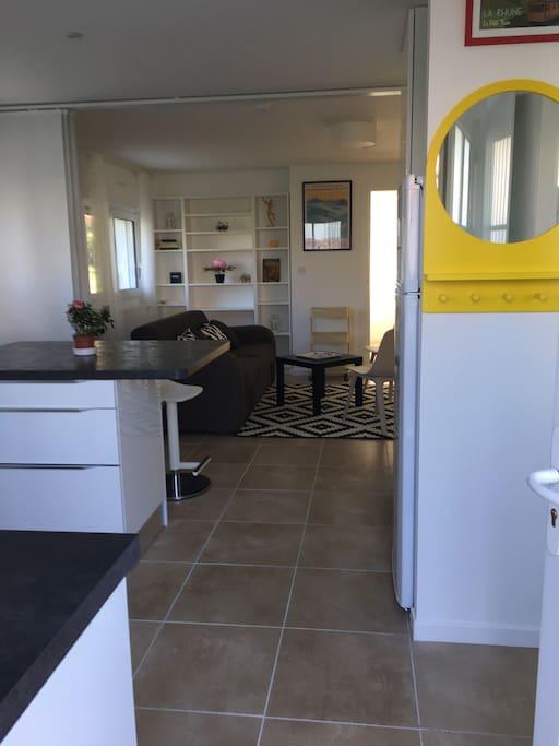 Vue traversante depuis l'entrée : cuisine salon chambre