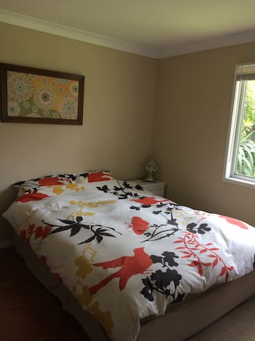 Quiet room with garden views. - Frenchs Forest