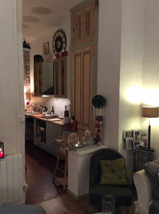 Une cuisine ouverte sur le séjour.