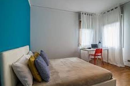 Private Room in flat / 15 min Metro to Center