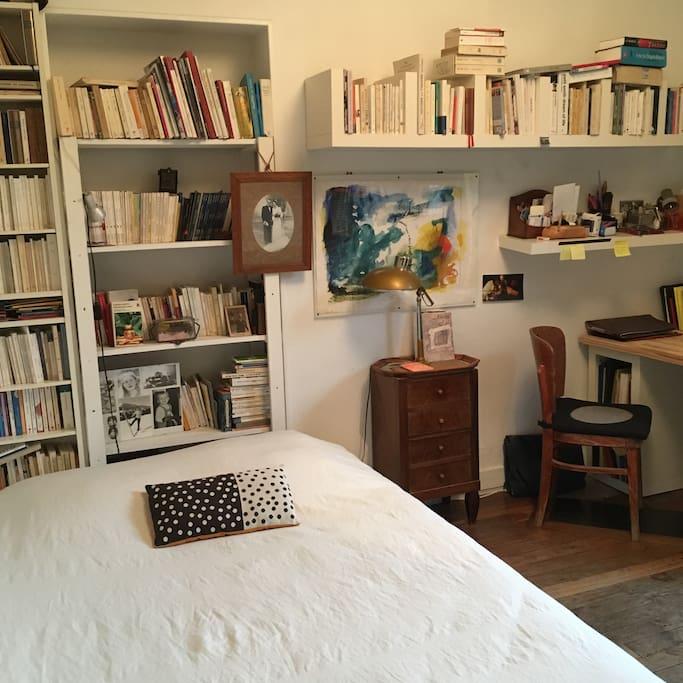 Deuxième chambre, lit 140, disponibilité variable.
