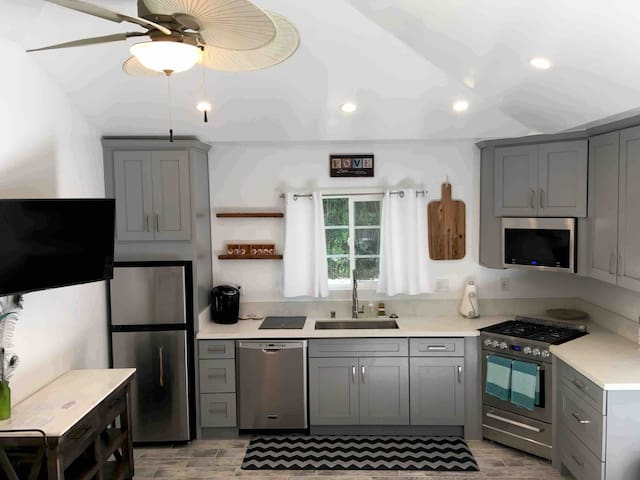 Sherman Oaks finest studio! With a cook's kitchen.