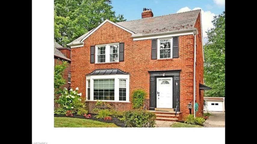 Stunning updated 4 bedroom colonial - University Heights - Huis