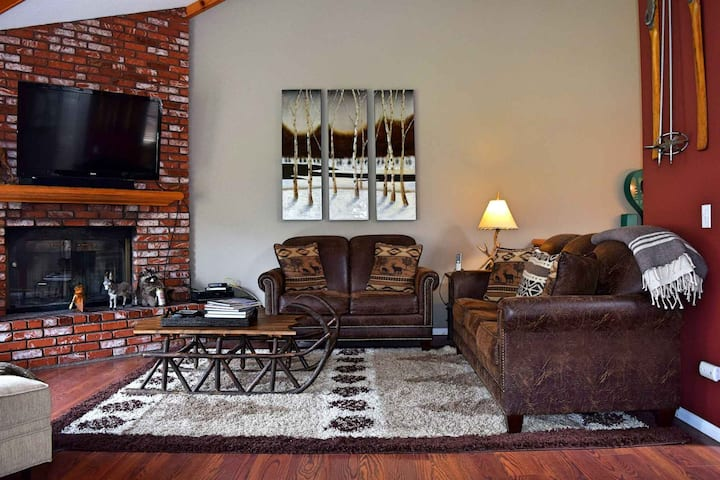 At the Base: Higher End Townhome! Views of Bear Mtn! WiFi! Laundry! Walk to Bear Mtn!