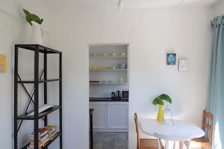Sunny garden cottage 1 safe, quiet - Йоханнесбург