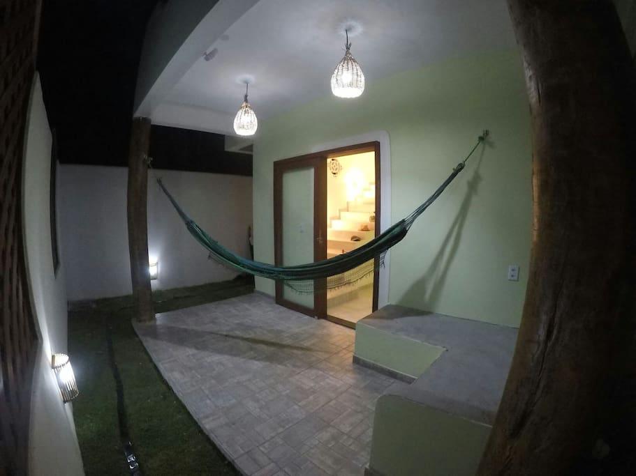 varanda inferior com sofa de cimento
