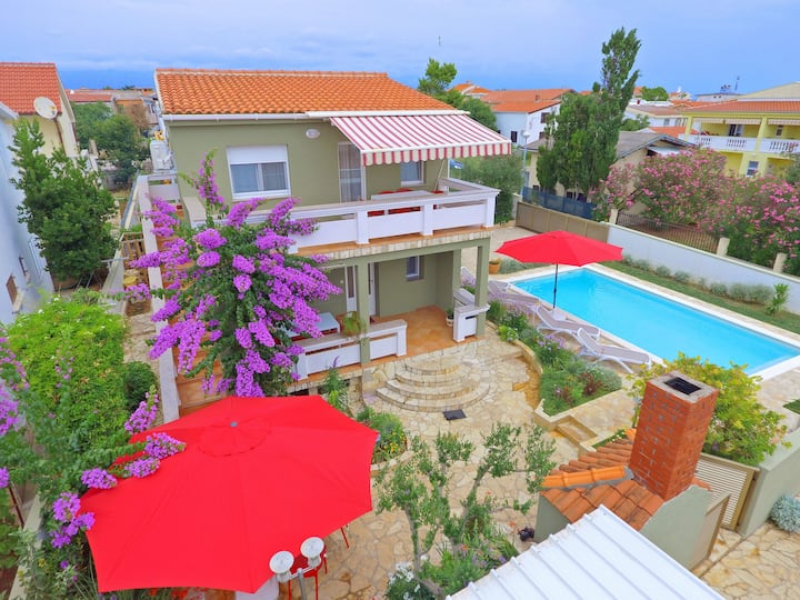 Great villa with heated pool, 40 m from the beach
