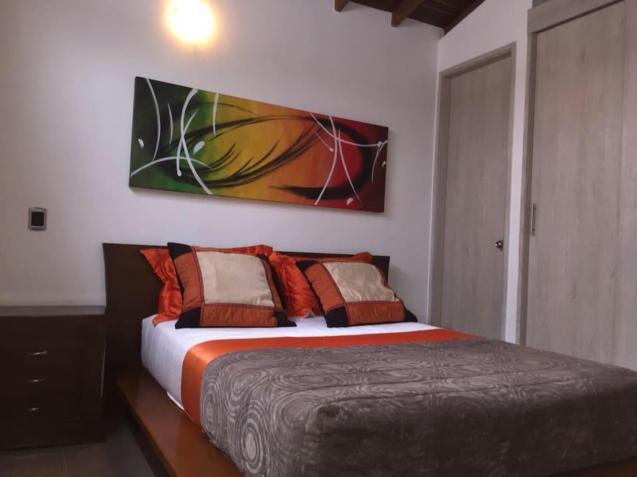 Habitación con cama doble tv baño personal y closet