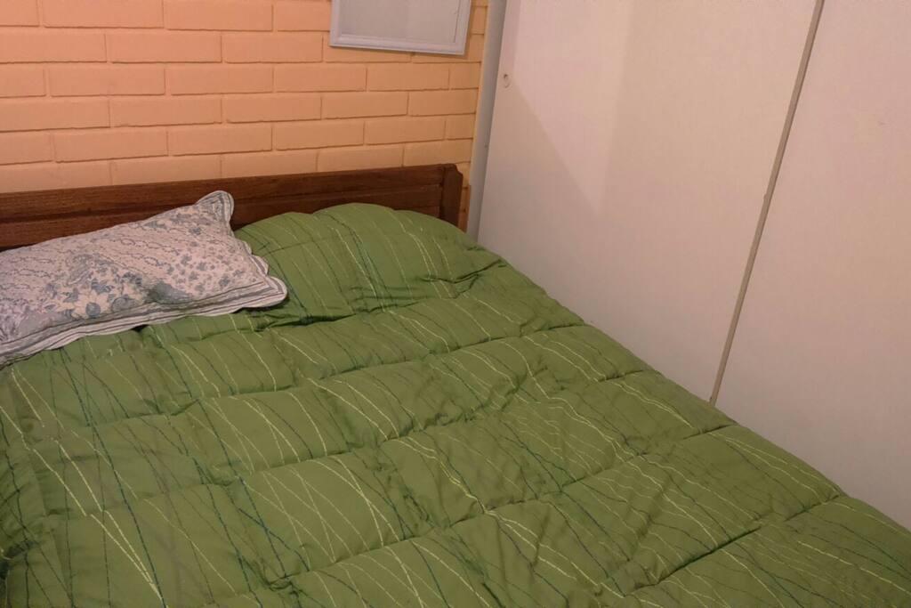 Habitacion interior casa adaptable como single o doble matrimonial 5x5 y baño compartido