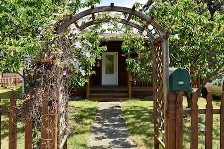 Rustic Goldilocks Retreat Cottage - Seattle - Cabin
