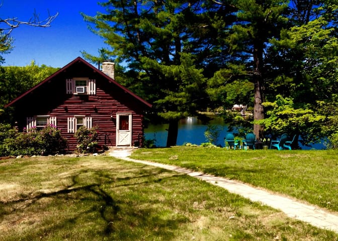 Waterfront Cabin on a quiet lake - West Brookfield - กระท่อม