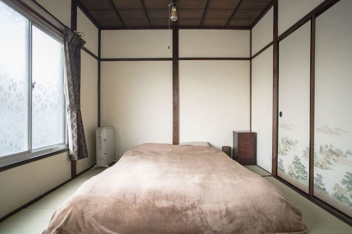 2F tatami bed room with double mattress(W140cm).  Oil heater on the bed side in winter season.