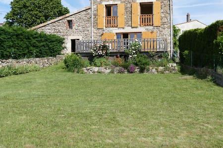 maison de village avec cour et jardin . - Ardoix