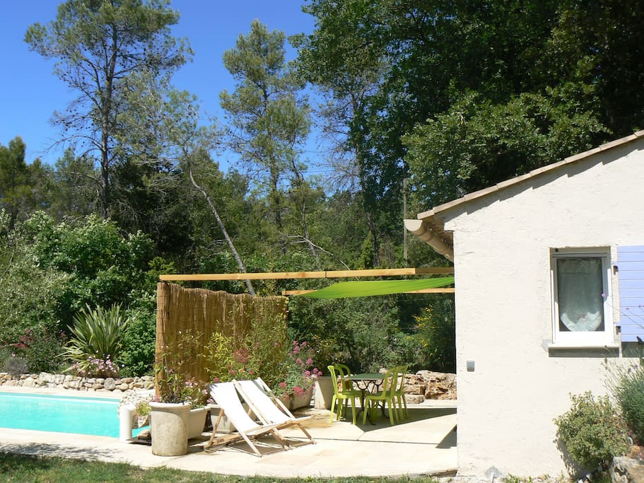Studio et terrasse nichés dans un écrin de verdure pour une intimité totale.