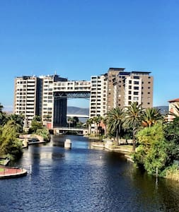 Canal and palm views apartment - ケープタウン