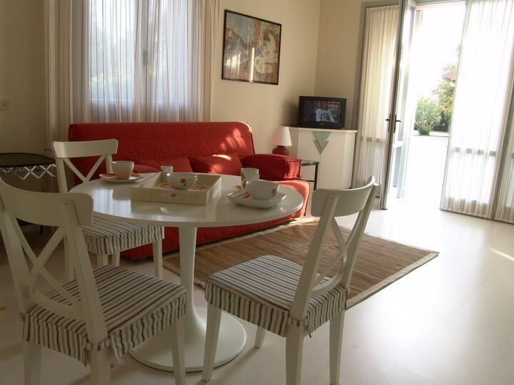 Miniappartamento con giardino e piscina.