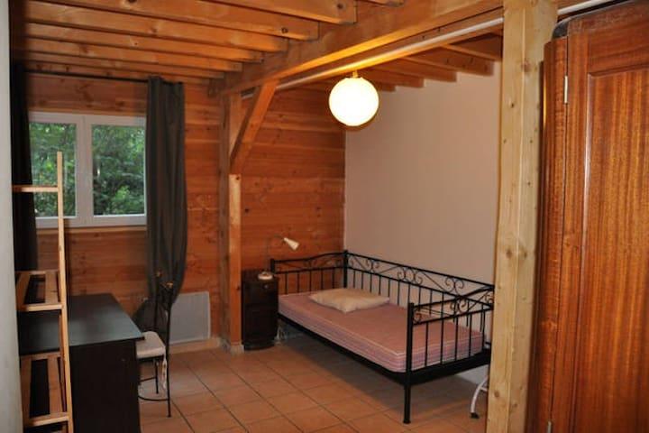 co location dans maison en bois casas en alquiler en montpellier languedoc rosell n francia. Black Bedroom Furniture Sets. Home Design Ideas