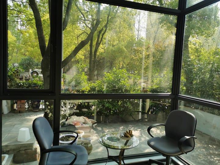 别墅环境优美,居住的人少,地铁站旁边,门口就是公园,空气好安静。带院子有免费停车位,千兆宽带网速快