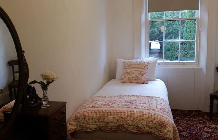 Single Bedroom at Glen Derwent - New Norfolk - Bed & Breakfast