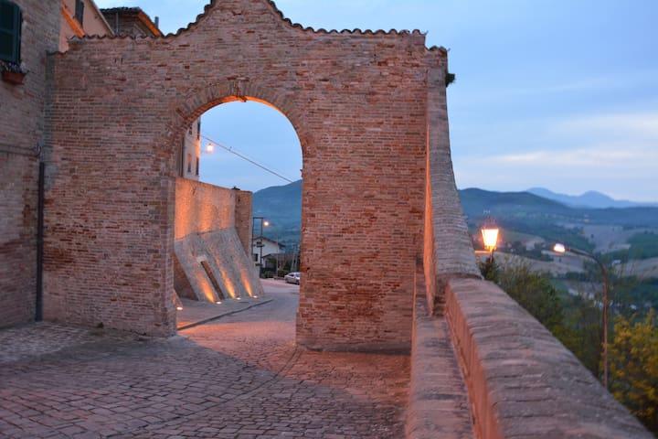 magica atmosfera al castello - Piticchio - บ้าน
