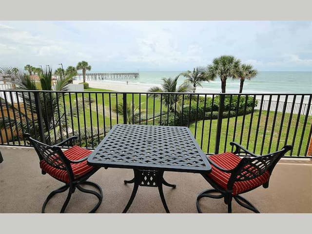 RP101 - Fresh and Airy Corner Oceanfront in Quaint Redington Beach - Redington Beach