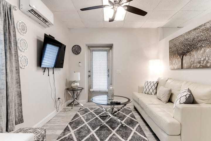 Cottage By The Sea, Downtown, Close to beach!