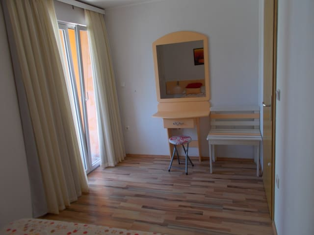 Bedroom - table with mirror - bag stand
