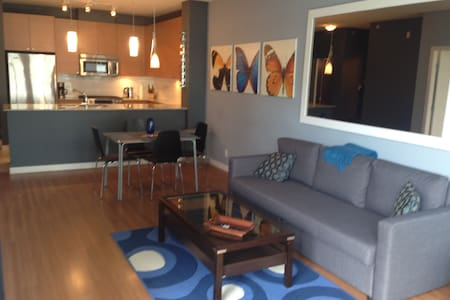 Spacious 1 bedroom. Steps to skytrain. - Port Moody - Byt