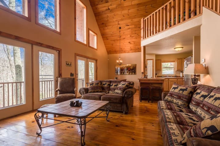 Cabin w/Firepit, Hot Tub, Wifi, Grill, Gametable