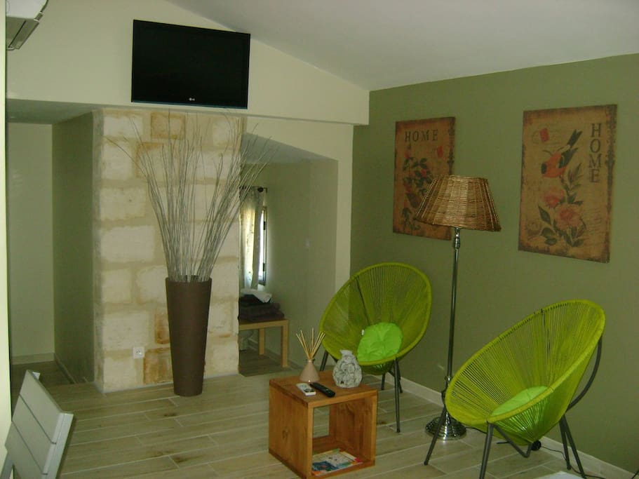 Mas guiraud chambre confort n 3 bed and breakfasts for for Beaucaire piscine